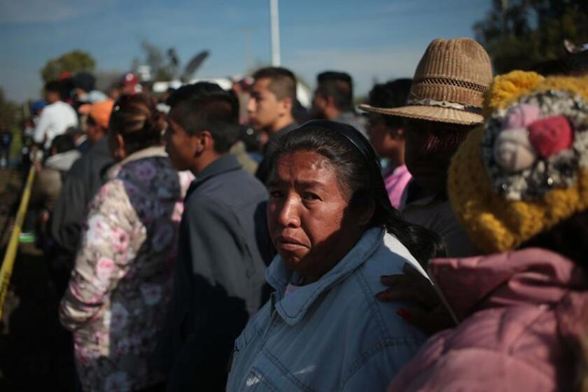 Familiares de las víctimas de la explosión de una bocatoma clandestina de un viaducto de gasolina fueron registrados este sábado al esperar noticias de sus seres queridos, en Tlahuelilpan (México). EFE