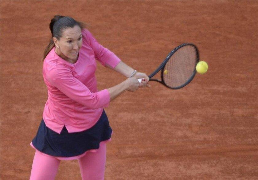 La tenista serbia Jelena Jankovic devuelve una bola a la estadounidense Jamis Hampton, durante el partido de octavos de final de Roland Garros disputado en París, Francia, el 3 de junio del 2013. EFE