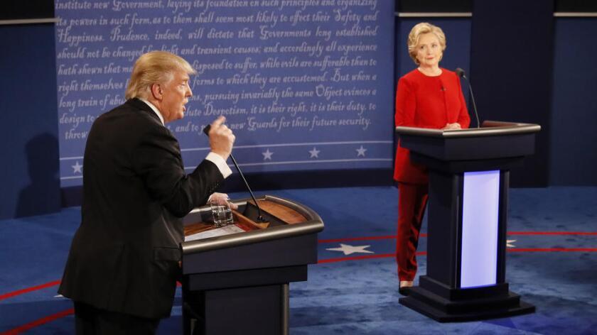 """Trump acusa a Clinton de usar su correo privado """"a propósito"""", ella lo niega."""