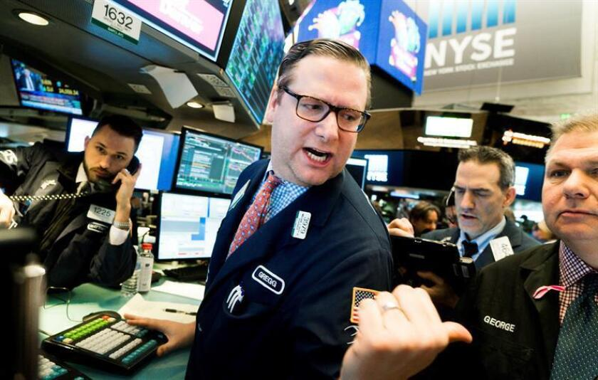 Agentes de bolsa trabajan en el piso de la Bolsa de Nueva York durante el inicio de la jornada, en Nueva York (Estados Unidos). EFE/Archivo