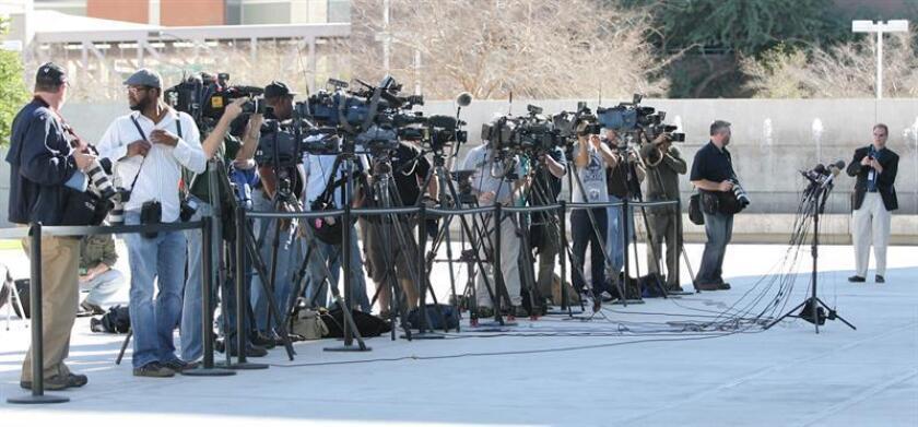 """El Comité para la Protección de Periodistas (CPJ, en inglés) y Reporteros Sin Fronteras (RSF) se han unido para documentar los """"retos"""" que enfrentan los periodistas a la hora de entrar y salir de EE.UU., como los cacheos excesivos o la obligación de desbloquear sus teléfonos móviles. EFE/Archivo"""