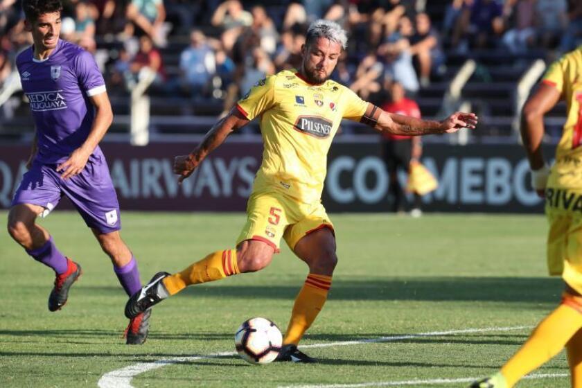 Gabriel Marques de Barcelona patea el balón el pasado 6 de febrero en un partido de la Copa Libertadores entre Defensor Sporting de Uruguay y el Barcelona de Ecuador, realizado en el estadio Luis Franzini de Montevideo (Uruguay). EFE