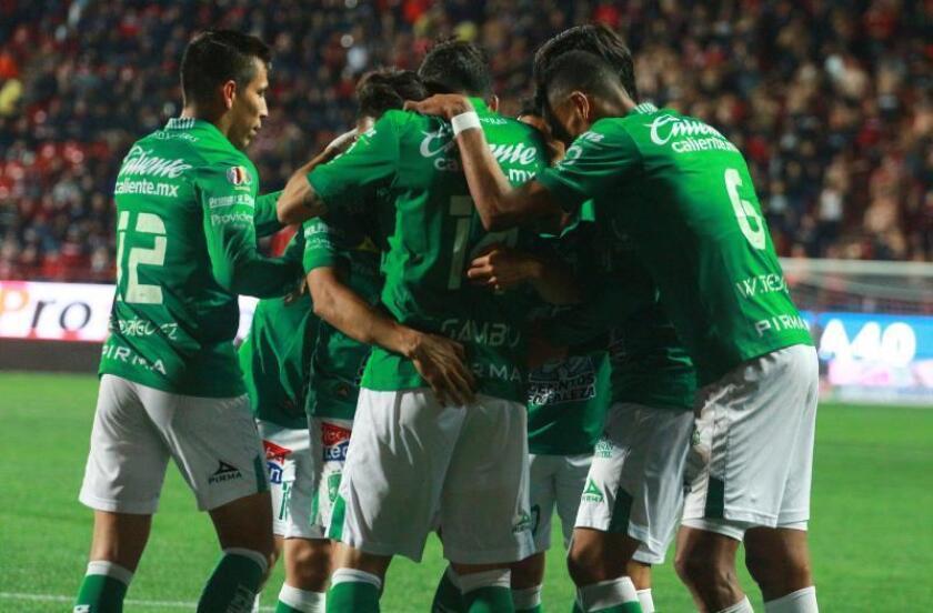 Jugadores de León celebran un gol ante Xolos este miércoles, durante el juego de ida de los cuartos de final del torneo mexicano de fútbol, en el estadio Caliente de Tijuana (México). EFE