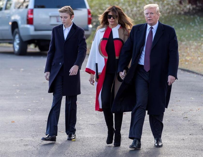 El presidente de EE.UU., Donald Trump, llegó hoy a Palm Beach (Florida), donde festejará este jueves el día de Acción de Gracias en compañía de su familia en su club Mar-a-Lago, que ya está rodeado de fuertes medidas de seguridad. EFE