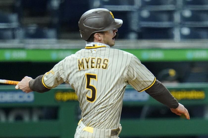 En esta foto del 12 de abril de 2021, Will Myers, de los Padres de San Diego, batea un sencillo
