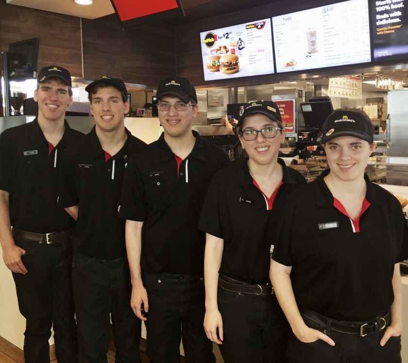De izquierda Logan, Lucas, Leith, Lauren y Lindsey Curtis posan para una foto en McDonald's restaurant en Potterville, Mich. (Michael Zalewski/McDonald's via AP)