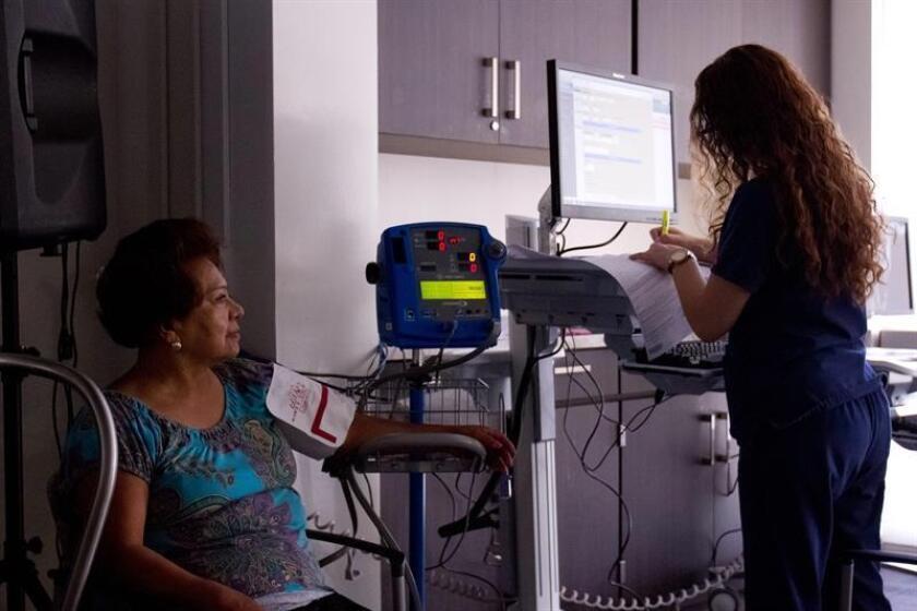 Una enfermera anota los signos vitales de una paciente. Los inmigrantes latinos pueden ser una parte importante en la solución de la escasez de personal médico y hospitalario que hable español en California, ya que una ley estatal les permite obtener sus licencias para ejercer su profesión aun siendo indocumentados. EFE/Archivo