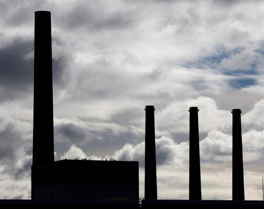 Vista de una fábrica en Massachusetts (Estados Unidos). Según un informe de la ONU, las emisiones de CO2 en territorio estadounidense han aumentado por primera vez en cuatro años. EFE/Archivo