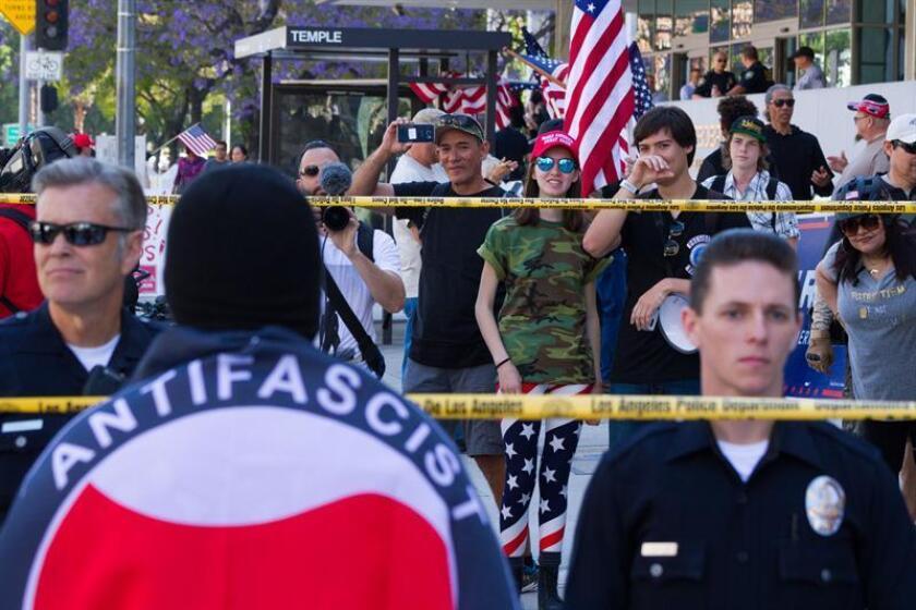Miembros del colectivo ANTIFA (Anti-Fascismo) y manifestantes en pro de Donald Trump son separados por oficiales de la policía de Los Angeles (LAPD). EFE/ARCHIVO
