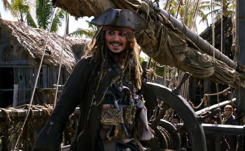 Sean Bailey, directivo de la productora, mencionó que el actor Johnny Depp (izq.) que dio vida al Capitán Jack Sparrow queda fuera de las próximas cintas de Piratas del Caribe.