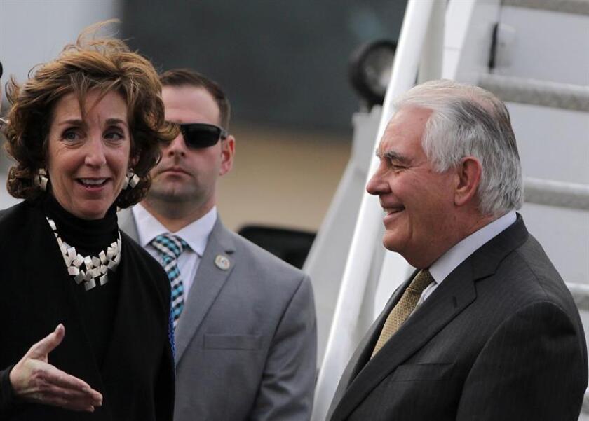 La embajadora de los Estados Unidos en México, Roberta Jacobson (i), recibe al secretario estadounidense de Estado, Rex Tillerson (d), a su llegada al hangar de la Secretaria de la Defensa Nacional hoy, jueves 01 de febrero de 2018, en Ciudad de México (México). EFE