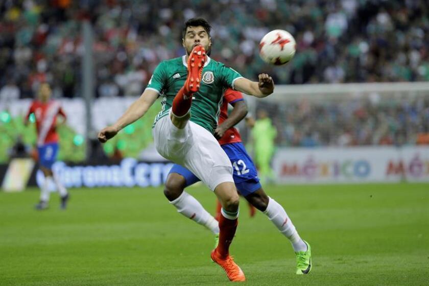 El defensa mexicano Néstor Araujo (frente) durante un partido celebrado en el Estadio Azteca de Ciudad de México (México). EFE/Archivo