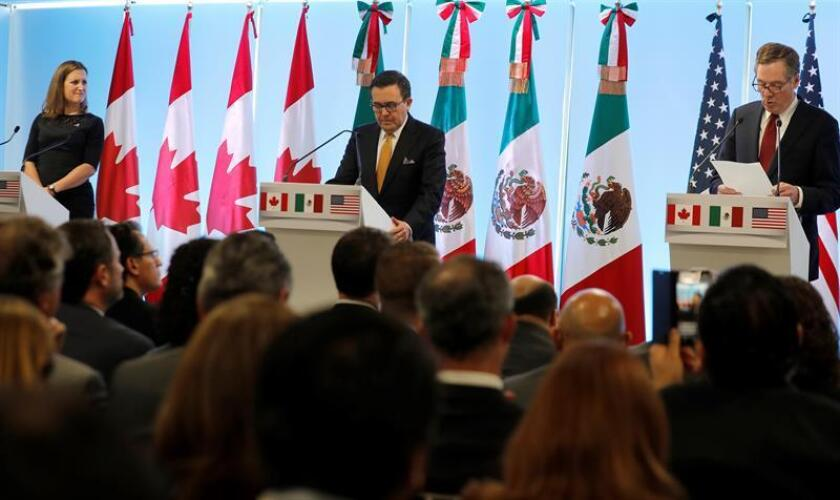 Imagen del 5 de marzo de 2018, el representante Comercial de Estados Unidos, Robert Lighthizer (d); la ministra de Asuntos Exteriores de Canadá, Chrystia Freeland (i), y el secretario de Economía de México, Ildefonso Guajardo (c), participan durante una rueda de prensa conjunta en la séptima ronda de negociaciones del Tratado de Libre Comercio de América del Norte (TLCAN). EFE/ARCHIVO