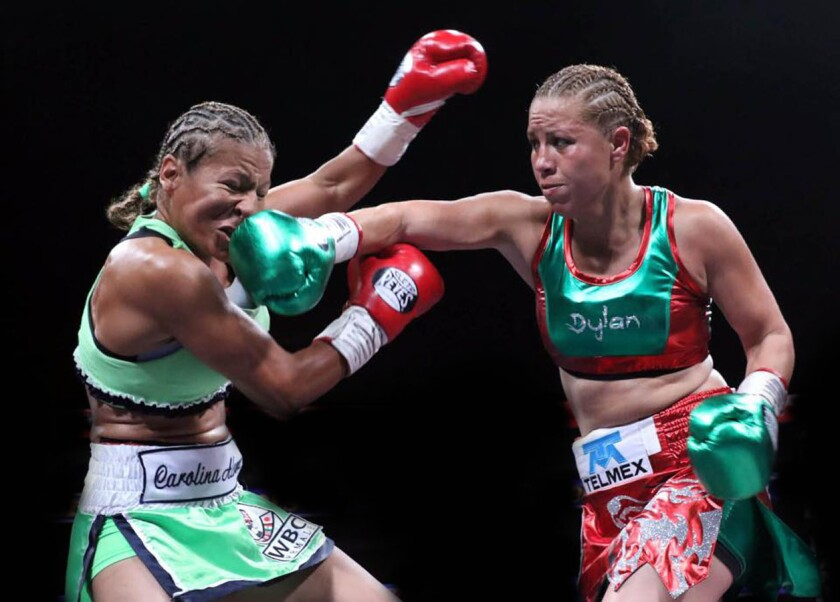 Zulina 'Loba' Muñoz (d) llegó en 2016 a 10 defensas del cetro mundial Supermosca WBC.