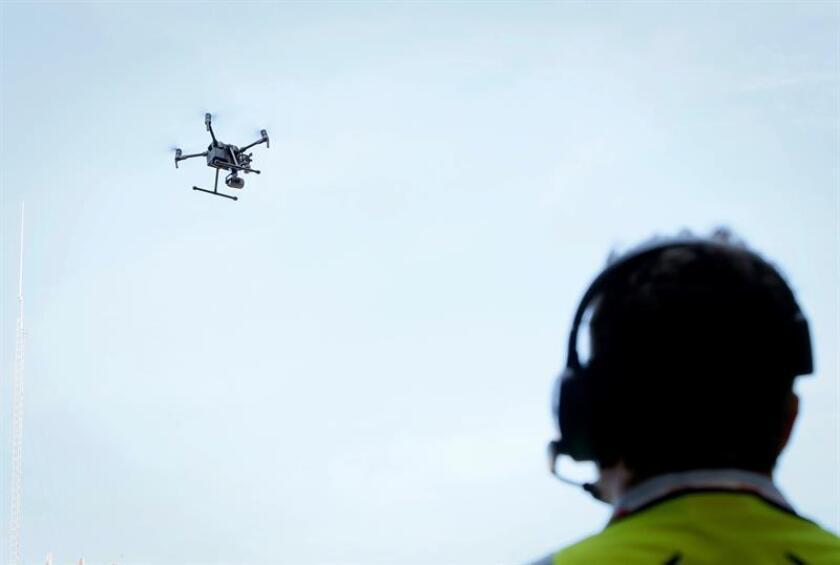 El Gobierno canadiense anunció hoy que restringirá el uso de drones en el país con medidas como la prohibición de que vuelen en las cercanías de aeropuertos y que sus operarios los manejen bajo la influencia del alcohol o las drogas. EFE/ Archivo