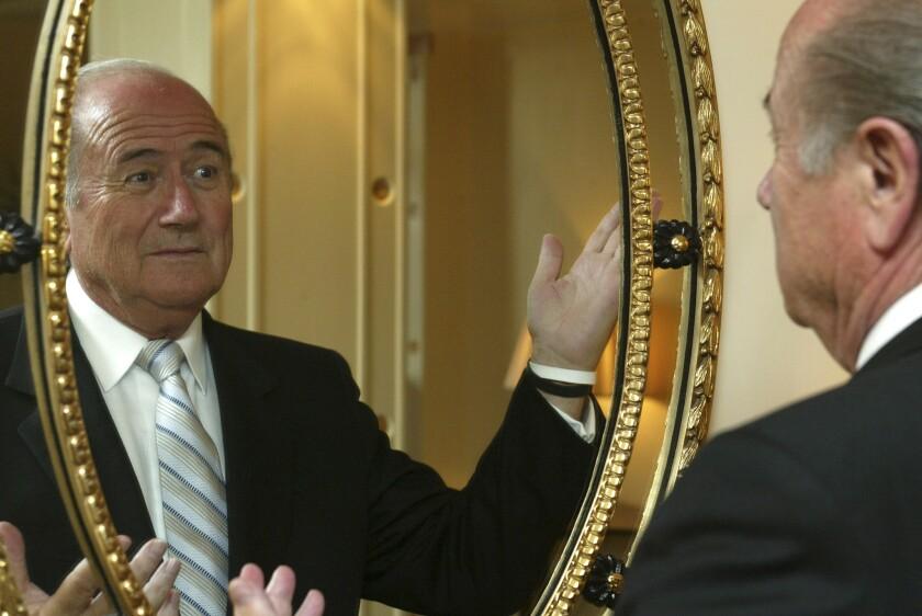 El presidente de la FIFA, Joseph Blatter, posa para una foto el 1 de septiembre de 2005 en un hotel en Londres.