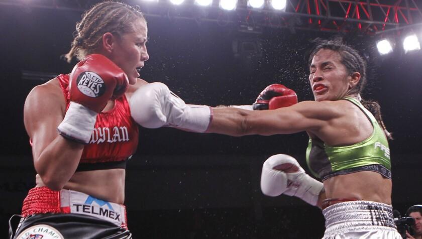 Zulina Muñoz (i) hizo sentir su potencia sobre la argentina desde el primer asalto.