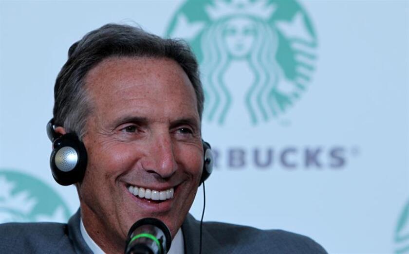 El director ejecutivo de Starbucks, Howard Schultz, ofrece una rueda de prensa. EFE/Archivo
