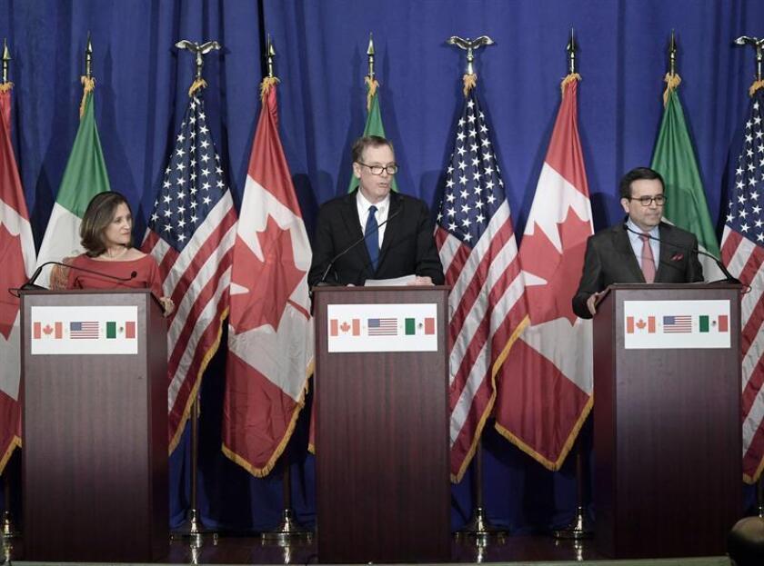 (i-d) La ministra canadiense de Asuntos Exteriores, Chrystia Freeland; el representante de Comercio Exterior de EE.UU., Robert Lighthizer, y el secretario de Economía mexicano, Ildefonso Guajardo. EFE/Archivo