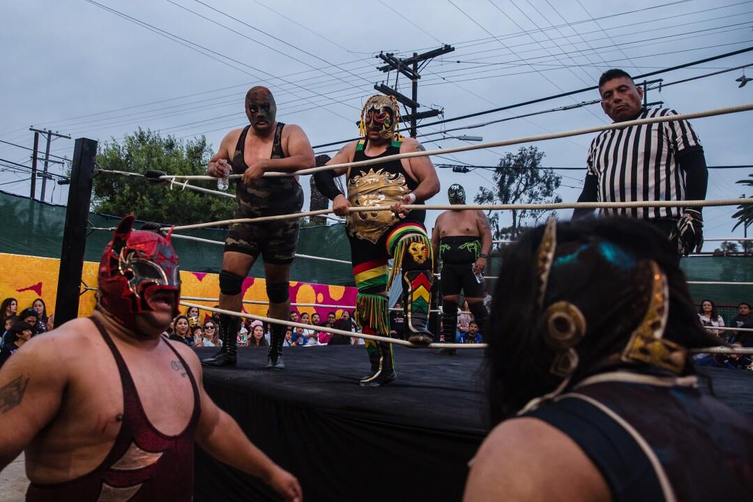 Black Mamba, Inframundo Jr. y Commando I durante un combate en el evento Baja Stars USA Lucha Libre