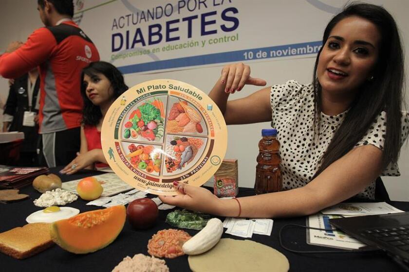 Una mujer muestra el regimen alimenticio saludable en la capital mexicana. EFE/Archivo