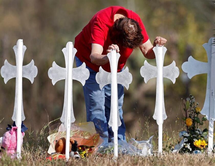 La familia que perdió ocho integrantes en el tiroteo de la iglesia de Sutherland Springs (Texas) a principios de noviembre presentó este martes un reclamo federal al gobierno estadounidense alegando que una negligencia de la Fuerza Aérea condujo a la masacre. EFE/ARCHIVO