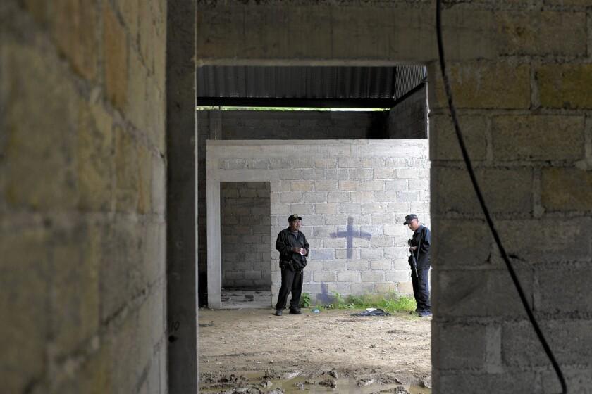 La policía estatal se despliega el 03 de julio de 2014, en el almacén en Tlatlaya, donde días anteriores, soldados mexicanos mataron a más de 20 personas.