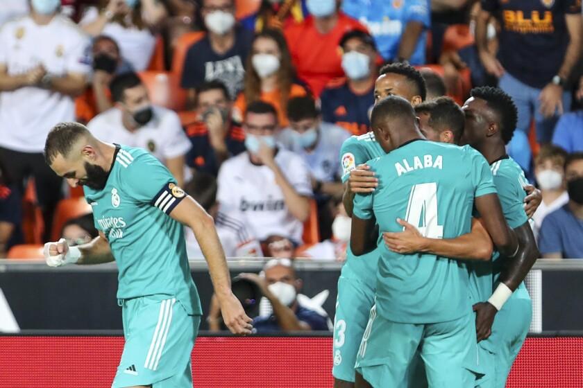 Vinicius Junior del Real Madrid celebra su gol en la victoria 2-1 ante el Valencia en la Liga española, el domingo 19 de septiembre de 2021. (AP Foto/Alberto Saiz)