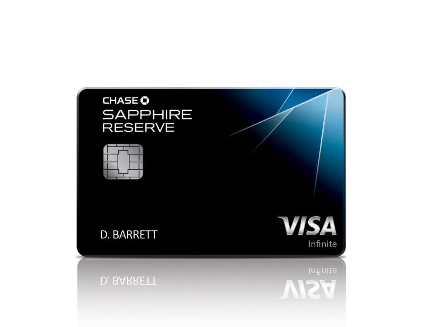 Esta fotografía proporcionada por JPMorgan Chase muestra la nueva tarjeta de crédito del banco, la Chase Sapphire Reserve. Después de sólo dos semanas de estar en el mercado, esta tarjeta de metal se ha convertido en la más deseada. (JPMorgan Chase vía AP)