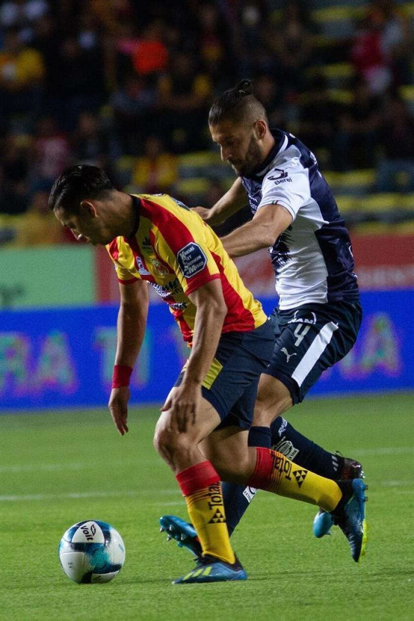 El jugador de Morelia Sebastián Ferreira (i) disputa el balón con Nicolás Sánchez (d) de Monterrey hoy, viernes 15 de febrero de 2019, durante un juego de la jornada 7 del torneo clausura 2019 del fútbol mexicano, en el estadio Morelos de la ciudad de Morelia (México). EFE