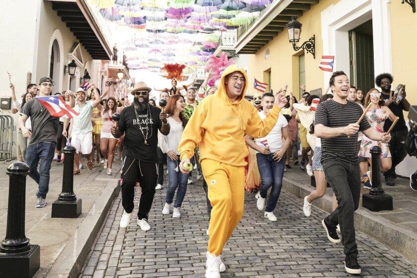 El cantante boricua Bad Bunny aparece al lado del conductor televisivo Jimmy Fallon durante la transmisión especial que se hizo desde Puerto Rico.