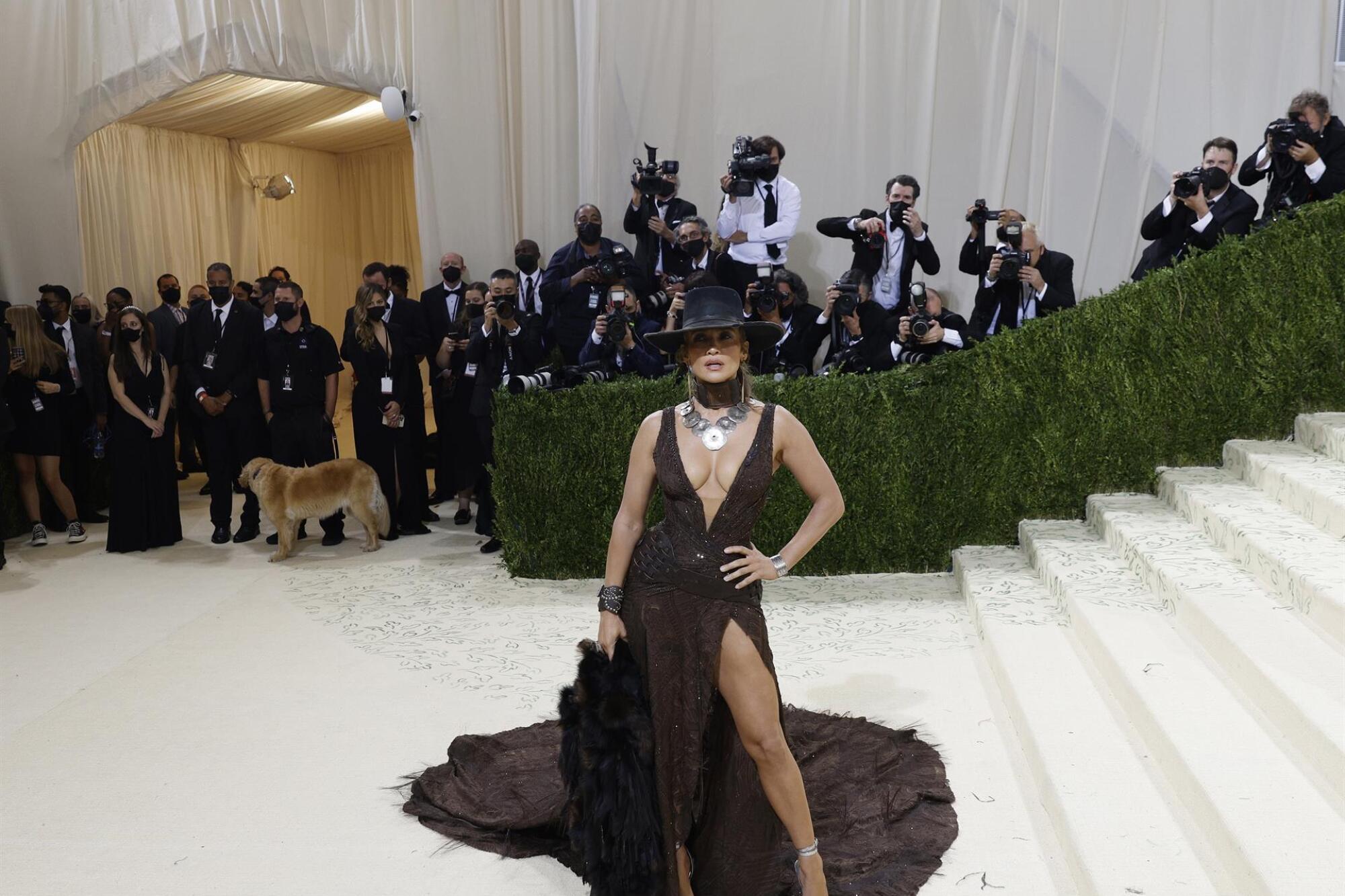 Jennifer López llegó sin Ben Affleck, pero igual atrajo los lentes en la alfombra con su diseño en color negro.