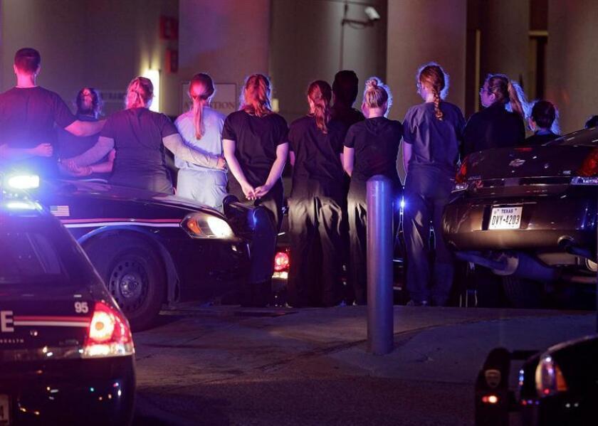 El principal sospechoso de la matanza en Dallas (Texas) que dejó cinco policías muertos y nueve personas heridas, ha sido identificado como Micah X. Johnson, de 25 años, informó hoy la cadena CBS, que cita fuentes policiales.