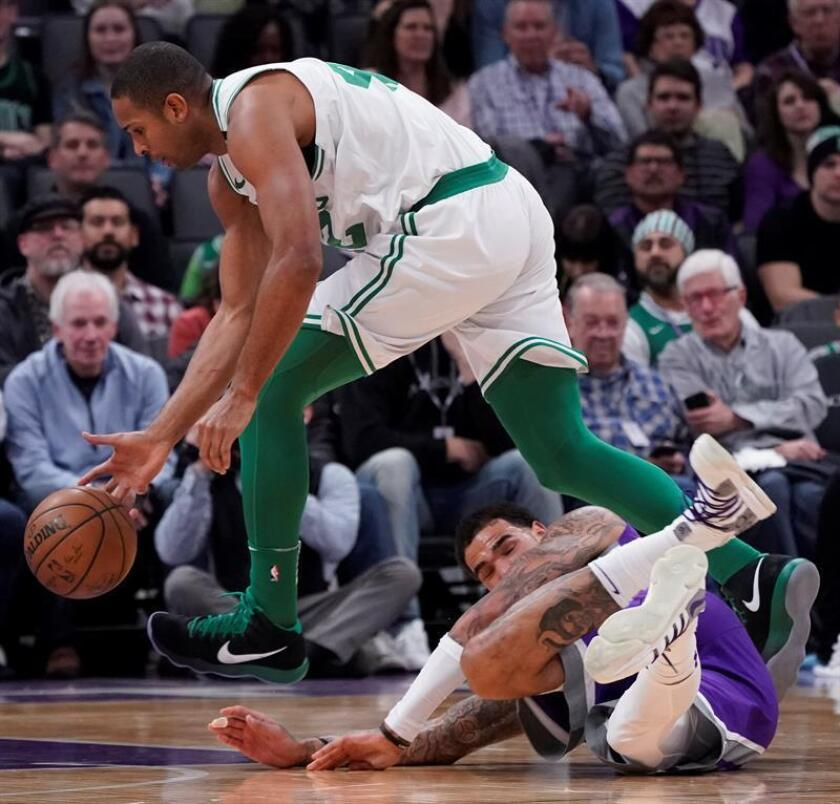 Boston Celtics forward Al Horford (L) grabs a loose ball away from Sacramento Kings center Willie Cauley-Stein (R) during the first half of the NBA basketball game between the Boston Celtics and the Sacramento Kings at Golden, 25 March 2018. EFE/Archivo