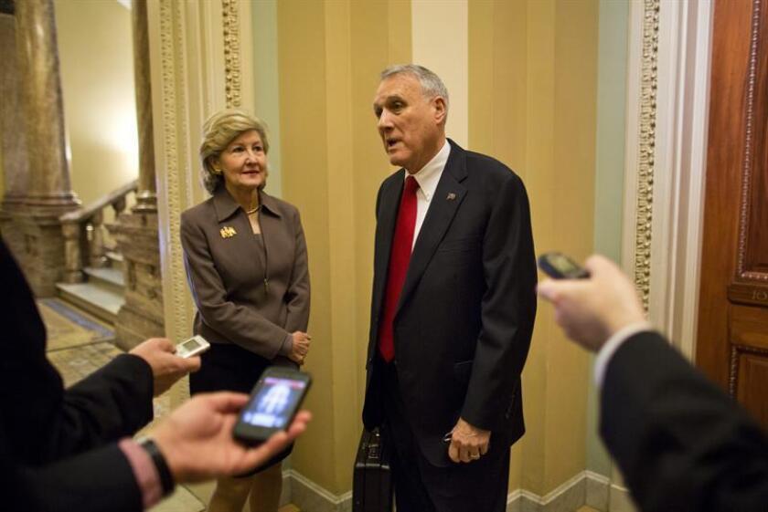 El senador republicano por Arizona, Jon Kyl (c), y la senadora republicana por Texas, Kay Bailey Hutchinson (i), a su llegada al Capitolio en Washington, Estados Unidos. EFE/Archivo
