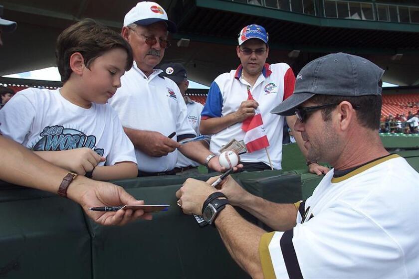 El beisbolista Edgar Martínez, de Puerto Rico, firma autógrafos previo al Juego de Estrellas de Beisbol del Caribe, contra el equipo de Rep.Dominicana hoy, domingo, en San Juan, Puerto Rico. EFE/Archivo