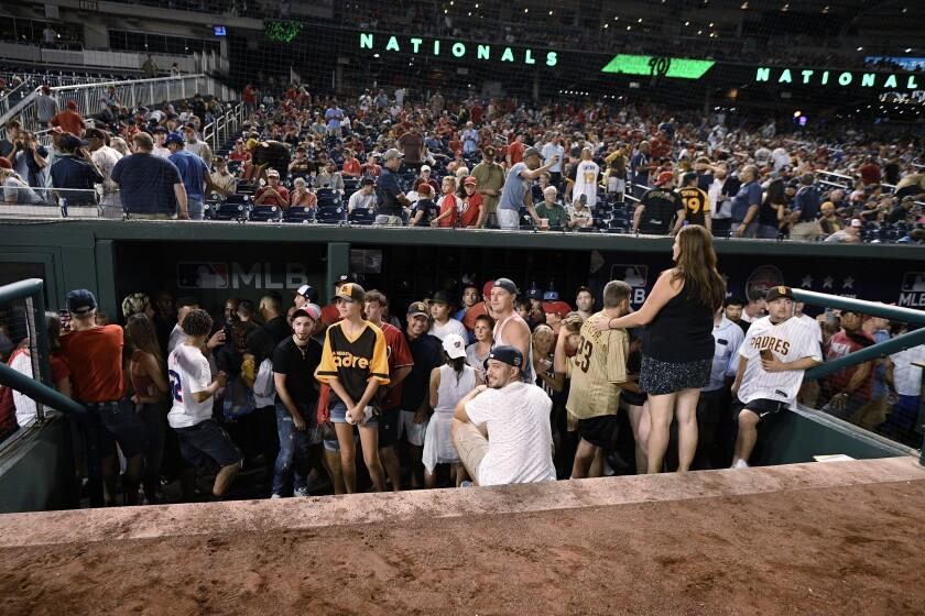 Los espectadores se aglomeran en la cueva al interrumpirse el juego entre los Padres de San Diego y los Nacionales
