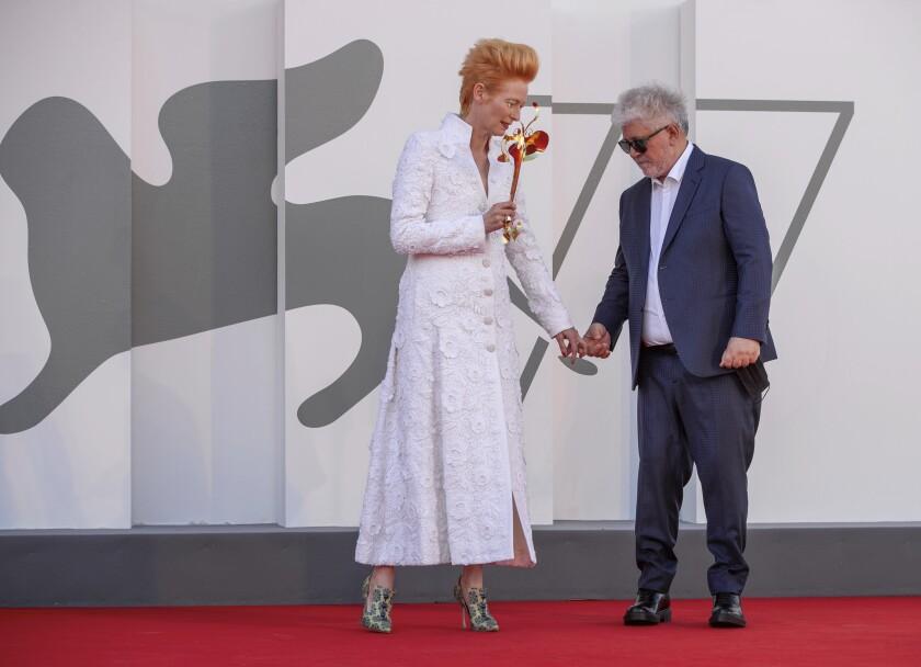 El director Pedro Almodóvar, derecha, y la actriz Tilda Swinton posan en la alfombra roja