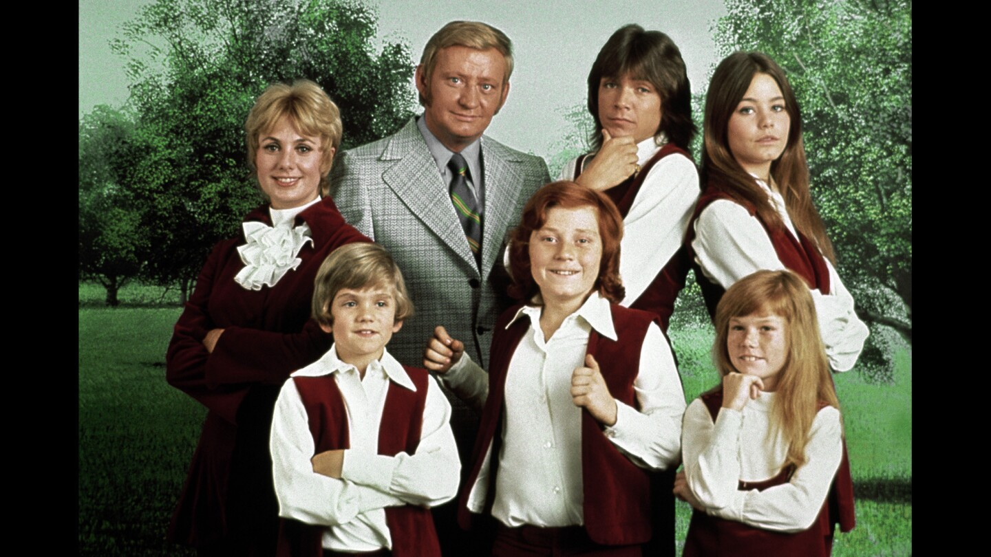 """Suzanne Crough Condray, who died Monday at 52, is shown at lower right in this 1970 photo of the cast of the hit TV show """"The Partridge Family."""" The other cast members are, clockwise from Crough, Danny Bonaduce, Brian Forster, Shirley Jones, Dave Madden, David Cassidy, and Susan Dey"""