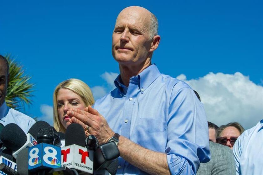 El gobernador de Florida, Rick Scott (d), ofrece una rueda de prensa a las afueras de la escuela secundaria Marjory Stoneman Douglas de la ciudad de Parkland, en el sureste de Florida (Estados Unidos). EFE/Archivo