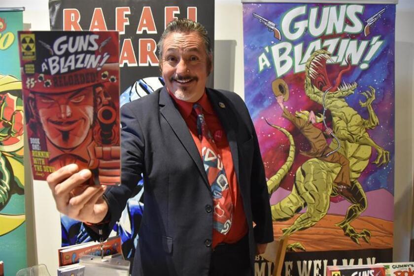 Rafael Navarro, dibujante y quien trabaja en el departamento de animación de Warner Brothers, fue registrado este sábado al exponer sus creaciones, durante la Latino Comic Expo, en el Museo de Arte Latinoamericano de Long Beach (California, EE.UU.). EFE