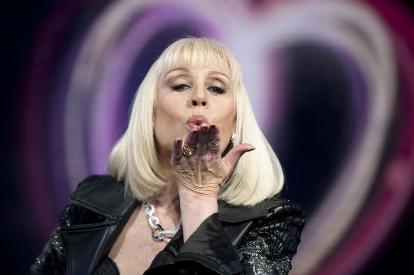 ARCHIVO – En esta fotografía del 14 de mayo de 2011 Raffaella Carrà lanza un beso. La televisora estatal italiana Rai reportó la muerte de Carrà, quien por décadas fue una de las estrellas más populares de Rai. Tenía 78 años. (Virginia Farneti/LaPresse via AP)