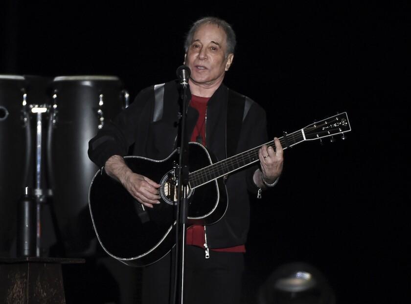 Paul Simon toca durante la última parada de su gira de conciertos de despedida