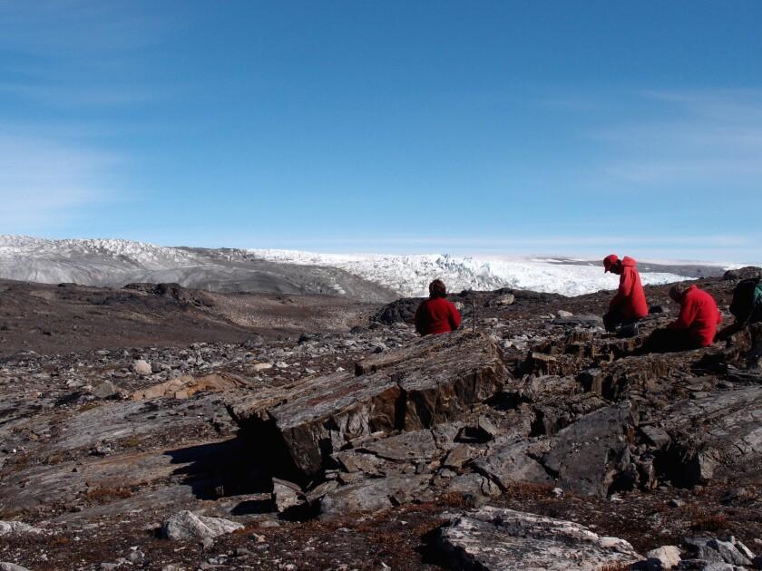 En esta foto provista por Laure Gauthiez tomada en julio de 2012, un grupo de investigadores examina rocas en Groenlandia. Los científicos han hallado lo que creen es el fósil más antiguo del mundo, un resto de vida de hace 3.700 millones de años. (Laure Gauthiez/The Australian National University via AP)
