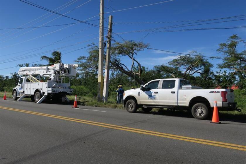 Fotografíaque muestra un camión de la compañía de electricidad Pike, con sede en Carolina del Norte, realizando labores de reparación del tendido eléctrico en una zona del área metropolitana de San Juan (Puerto Rico). EFE/Archivo
