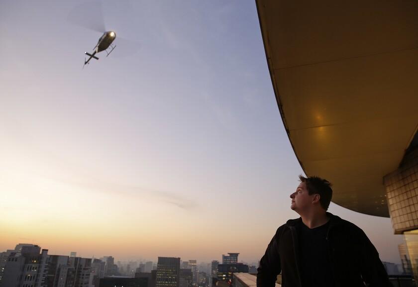 Un pasajero espera un helicóptero cuyo servicio contrató con la aplicación de Uber, en un hotel en Sao Paulo, Brasil, el martes 14 de junio de 2016. (AP Foto/Andre Penner)