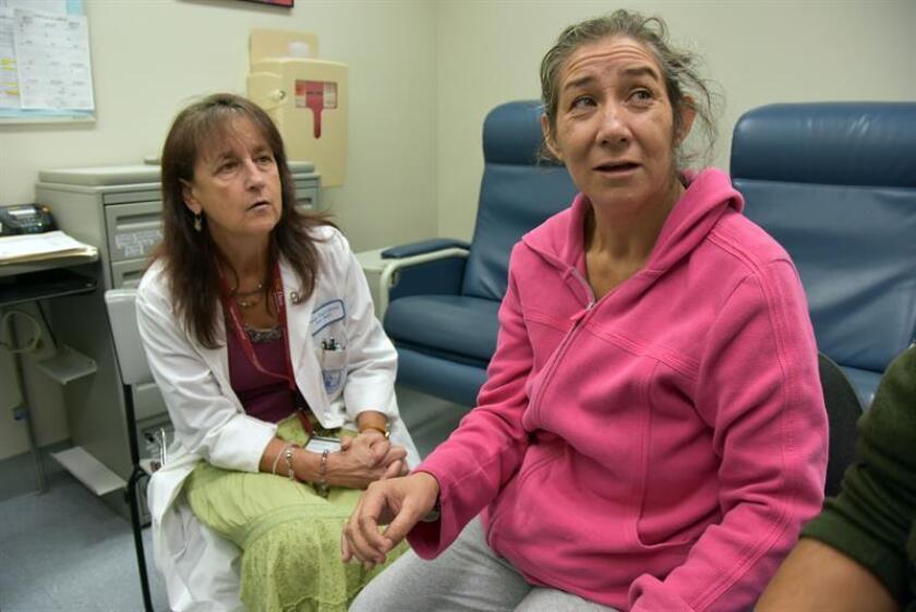Fotografía que muestra a la jalisciense María Barocio (d), de 46 años, paciente de Alzheimer. EFE/Archivo