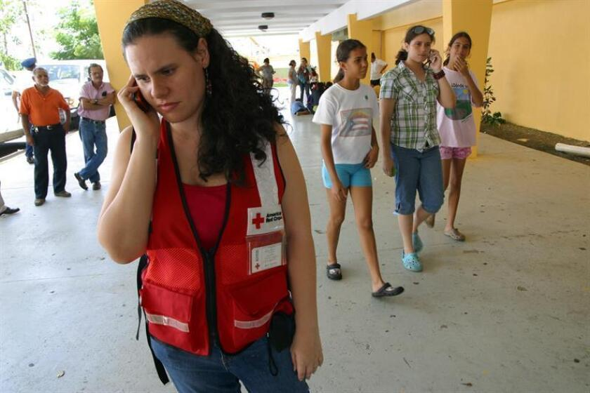 Fotografía de una mujer miembro de la Cruz Roja en San Juan (Puerto Rico). EFE/Archivo