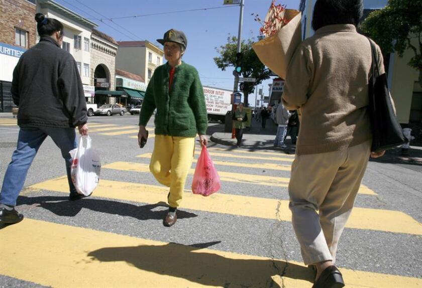 Vista de unas personas que caminan por una calle después de hacer sus compras en San Francisco, California (EEUU). EFE/Archivo