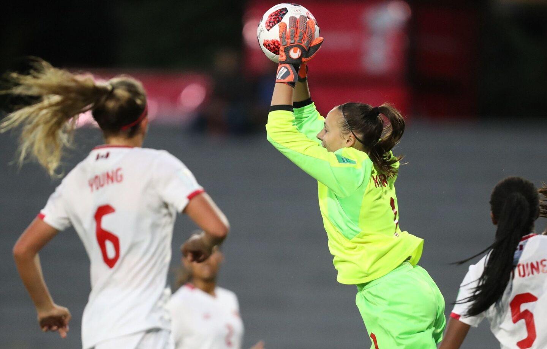 Anna Karpenko (c) de Canadá ataja un balón hoy, durante el partido de las semifinales entre México y Canadá en la Copa Mundial Femenina Sub-17, en el estadio Charrúa en Montevideo (Uruguay).